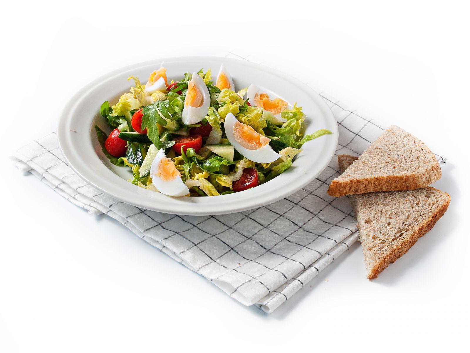 Zeleninový salát s vejcem a hořčičným dresinkem